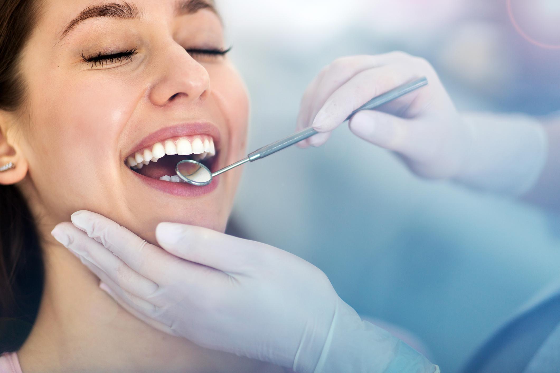 Durante a gestação, os dentes e gengivas da mulher necessitam de cuidados especiais para manter uma saúde bucal adequada.
